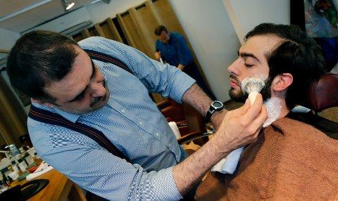 FIKK NEI: Reportasje fra Barbershop by Elegant frisør i Strandgata i 2015. Gabriel Toader friserer skjegget til kunden Cristian Francescangeli. Nå har barbereren søkt om å selge øl, men fikk nei.