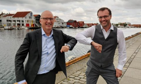SATSER: Daglig leder Tom Ivar Omdahl (f.v.) med styreformann Thorleif Sire.