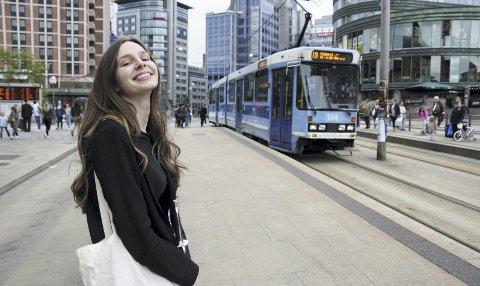 TRIVES I BYEN: ‒ Jeg liker trikken. Den gir meg tid til å tenke, sier Johanna. Hun hopper gjerne på her på Jernbanetorget, med arbeidsplassen Oslo City i bakgrunnen.