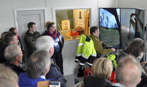 SIMULATOR: I høst hadde Mosjøen videregående skole, avdeling Marka, en hogstmaskinsimulator på plass. Deltakerne på fagdagen fikk en demonstrasjon.