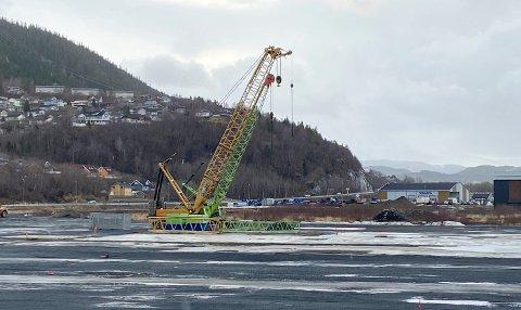 Lagringsplassen som Eolus Vind har leid av Vefsn kommune på Netbruket og Baustein er nå klar til å lastes opp med vindkraftkomponenter.