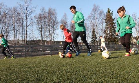 ENDELIG: Første trening utendørs mandag 19. april med Olderskogs lag med spillere født 2012-13. Trener Tony Rene Johansen leder spillerne sine i oppvarmingen.