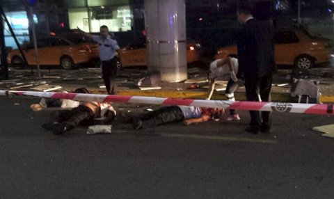 Terror: Helsepersonell hjelper ofrene etter bombeterroren på Tyrkias største flyplass, Istanbul Ataturk. Minst 36 mennesker har blitt drept og mer enn 140 er skadd. Foto: Depo Photos/ABACAPRESS.COM