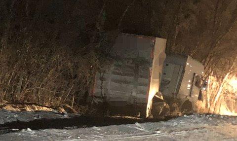 AV VEIEN: En trailer kjørte av veien i Polmak i Tana fredag kveld.