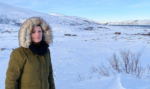 POPULÆRT STED: Stine Akselsen med familiehytta i bakgrunnen, nærmest henne til høyre. Hytta til familien Akselsen/Harjo er i Oksevåg, et populært hytteområde for folk i Kjøllefjord. Det er nært til både Storvannet og sjøen (Oksefjorden).