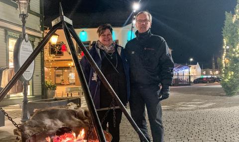 HOLDER LIV I BÅLPANNA: Daglig leder på Fontenehuset, Else-Marie Stenhaug, og Astor Berntsen står ved bålpanna i sentrum for å fortelle om tilbudene som finnes på Fontenehuset.