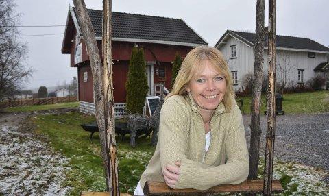 Butikk på stabburet: Aud-Karin Lange-Skarshaug driver butikken Dæhlen Gård Krams & Ting hjemme på det røde stabburet.                                 Alle foto: Anne Enger Mjåland