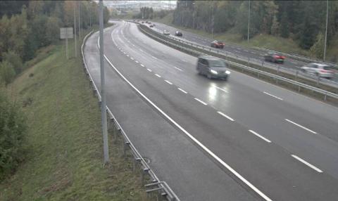 ADVARER: Regnværet er ventet på Romerike søndag. Statens vegvesen ber trafikanter kjøre forsiktig og bruke god tid. Slik ser det ut på E6 Djupedalen søndag morgen.