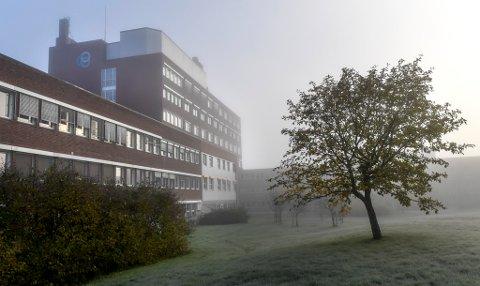 En pasient som skulle gjennomføre et mindre inngrep har klaget Helgelandssykehuset inn til Statsforvalteren for fristbrudd. I klagen skriver pasienten at han føler seg brukt som en kasteball i sykehusdebatten.