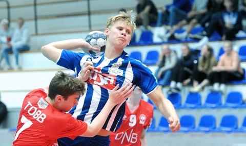 SKYTER HARDT: Torger Edland er en av mange gode spillere på Nærbøs G16-lag. Her i aksjon mot Kolstad i landsserien. Nå blir det ikke flere kamper mot lag fra andre kanter av landet denne sesongen. Det setter koronaviruset en stopper for.