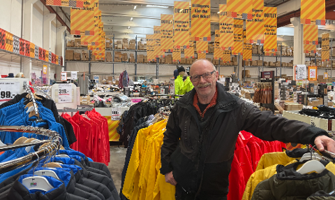 SYND: Butikksjef i Outlet Jæren; Rolf Høiland synes det er leit at de ikke får fortsette salg på Håland.