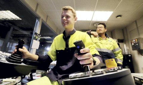 Åtte skjermer å passe på: Lærling Kristian Gamst håndterer spakene, mens skiftlederavløser og B-operatør, Ekkarat Tønnesen, ser til at alt går som det skal. Foto: Pål Nordby