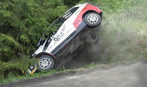 Rett til skogs: Marius Solberg Hansen tok nærmest en salto med bilen, men landet på hjulene igjen, og klarte tross utforkjøringen å vinne sin klasse sammenlagt. Foto: MSH Motorsport