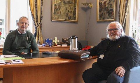 KRISELEDELSE: Ordfører Grunde Wegar Knudsen (Sp) og kommuneoverlege Ivar Andreas Skogvold er blant dem som sitter i kommunens kriseledelse, som møtes hver onsdag.