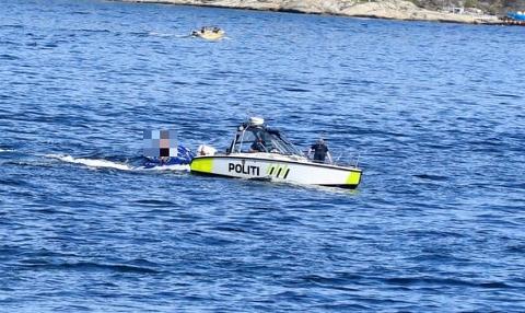 KONTROLL: Illustrasjonsbildet viser politibåten som kontrollerer fører en vannscooter i havnebassenget i Kragerø.