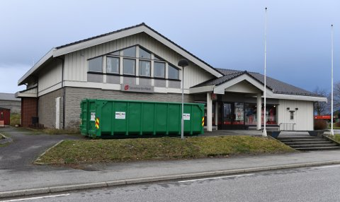 Bygningen ligg fint til sentralt på Sæbøvik. (Arkivfoto).
