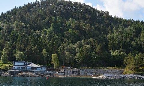 RUVANDE: Dette hytte- og bryggeanlegget på Halsnøy er for tida under utviding. På naboøya Fjelbergøy fekk fire søsken avslag på søknad om eit lite skur.