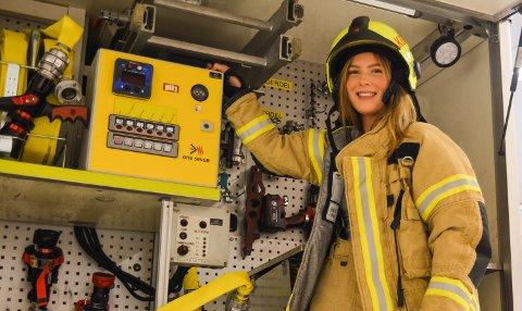 LOKALHISTORISK: Regine Dale Landa (24) frå Halsnøy er den einaste kvinnelege røykdykkaren i Kvinnherad brann og redning. No skal ho også ta lastebil-sertifikat, slik at ho kan køyra dei største bilane i etaten.