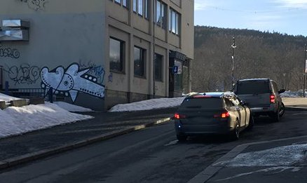 Her slapp en bilfører fra Vestfold fra det med «skrekken». Her står både bilen og den sivile politibilen i feil kjøreretning.