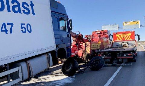Lastebilsjåføren kjørte inn i en midtrabatt på E134 runt 06.15 søndag morgen.