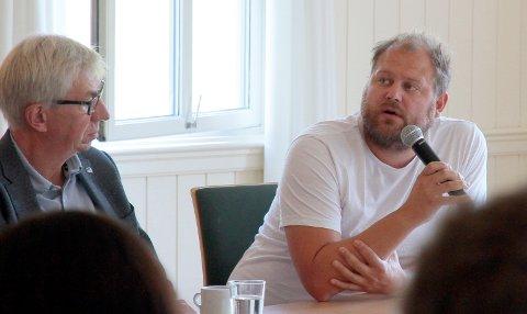 POLDEBATT: Helge Evju (H) og Bjørn Flo Knudsen (V). Ingen av dem har  noe i mot at Vinmonopolet blir liggende hvor det er.