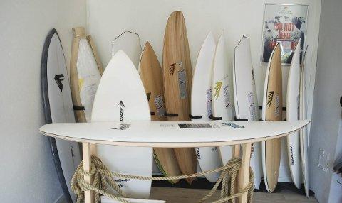 Bredt utvalg: Kristian Breivik mener tilbudet i Lofoten er unikt med rendyrket surfebutikk.