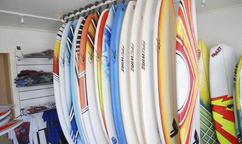 Klare for bølgene: Surfebrett i alle fasonger og farger henger klare for dem som vil ta fatt på bølgene med eget brett.