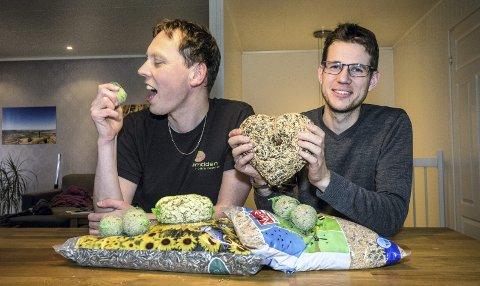 VARIERT FUGLEMAT:  Oddvar Heggøy har et stort hjerte for fugler, mens Martin Eggen er sulten på meiseboller.Alle foto: Jon Olav Larsen