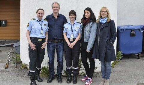 Sammen om fagdagen: Monica Madsen i politiet, Lars Bakke i SLT, Stine Gundersen i politiet, Kristin Tjønndal i barnevernet, og Vibeke Hannisdal i Familieenheten.