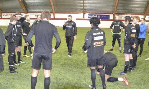 LFK: Robin Hansen (i midten) er tilbake i trenermanesjen som hovedtrener for Leknes FKs A-lag.Foto: Arkiv