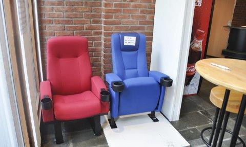 Avstemming: Svolvær Filmteater skal bytte ut stolene i kinosalen, og vil gjerne høre publikum sin mening om hvilken som er best å sitte i.Foto: Synne Mauseth