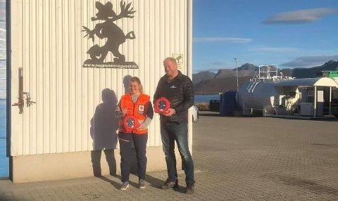 LIVREDDENDE: Kristine fra Vågan Røde Kors overleverte hjertestarteren til Ørjan Magnussen. Hun og kollega Emilie sørget for de ansatte fikk opplæring.