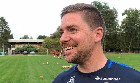"""MED: Sigbjørn Korneliussen har siden 2017 vært Team Manager for Norges U21-landslag. Han er med i støtteapparatet til """"nødlandslaget"""", som onsdag kveld møter Østerrike i den avgjørende Nations League-kampen."""
