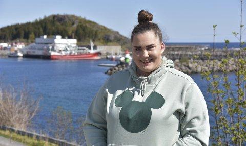 SMILER: Etter mange år med selvskading, rus og overgrep, smiler livet igjen til Sørvågen-jenta Linn Isabell Solbakken (22) – eller «Bella» som hun oftest kalles. Foto: Eirik Eidissen