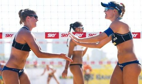 Endelig: Vilde Solvoll (t.v.) og Janne Kongshavn feirer seieren over 3.-seedede Tyskland i Victoria i Brasil. Foto: FIVB