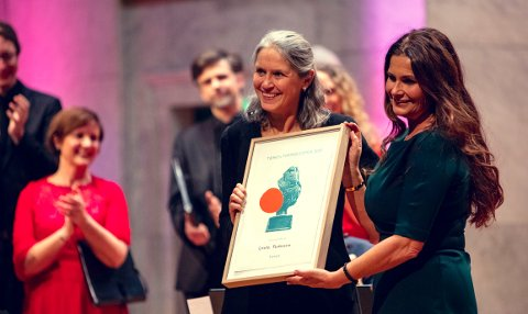 PRIS: Dirigent Grete Pedersen (til venstre) mottar TONOs Formidlerpris 2018 av styreleder Ingrid Kindem.