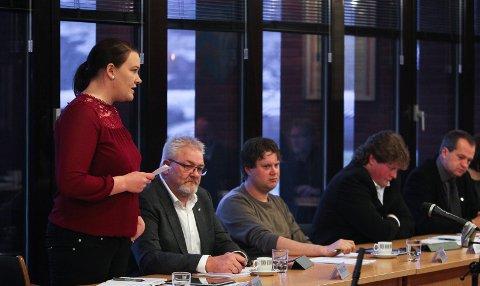 SOMMERSTENGT: Britt Johanne Østby(Sp), her i et kommunestyremøte, er leder av oppvekst- og kulturutvalget i Våler kommune. De har nå vedtatt å stenge de kommunale barnehagene i to uker, samtidig som SFO.