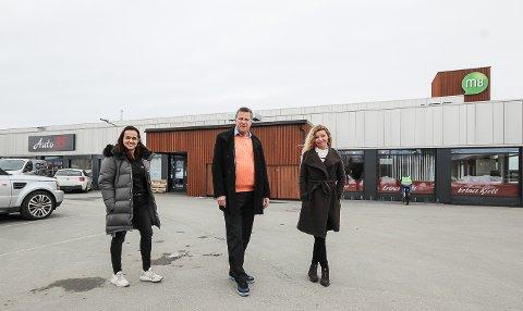 SNART KLARE: Her i M8-senteret skal den nye Wok & Go komme. Her er M8-eier Trine Lise Wahl (t.h.) ute på besiktigelse sammen med Arild Samuelsen og Isabel Ibanez fra Wok & Go.