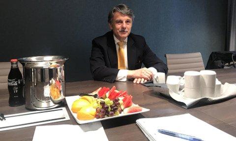 Professor Dr. Ralf Speth, på et hotell-møterom i Norge. Jaguar Land Rover-sjefen har vært på elbil-konferanse her hjemme.