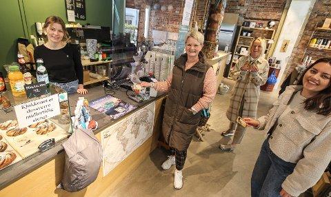 I BRUK: Endelig er Mossekortet i bruk som her på hos Julie Olsen på Chillout. Carina Marcolin, Kristin Utakleiv og Tina Lorentzen tror Mossekortet skal skape en ny entusiasme for lokal handel.