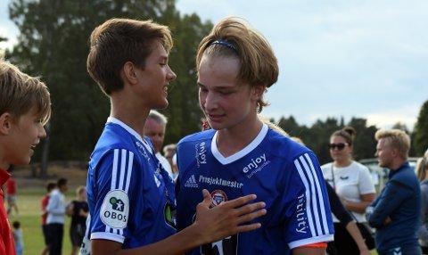 MATCHVINNER: Olav Strand blir gratulert av lagkameratene etter matchvinnerscoringen.