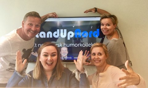 LATTERFYLT SAMARBEID: Trine Lise Olsen og Thomas Leikvoll i Stand Up Nord slår seg sammen med VICAN for å styrke humorprofilen i Nord-Norge. Her er de sammen med Mona Hassfjord og Natalie Robertsen i VICAN.