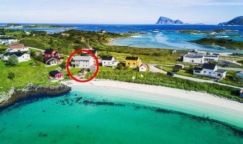 PARADIS: Fredag kveld skiftet dette huset på Sommarøy på eier. Det er lite å si på beliggenheten... Foto: Sne Eiendom