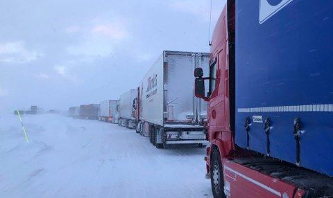 LANG, LANG REKKE: Trailerne har stått i kø i mange timer etter at E10 ble sperret av snøras.