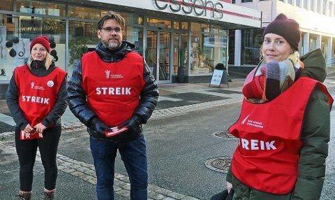 STREIKER: Fastlege Karina Enoksen, leder for Almenlegeforeningen, Nils Kristian Klev og fastlege Ingrid Schjeldrup Berntsen har tatt plass på Stortorget i Tromsø sentrum denne uken. De to fastlegene er blant legene i Tromsø som er tatt ut i streik.  Foto: Astrid Øvre Helland