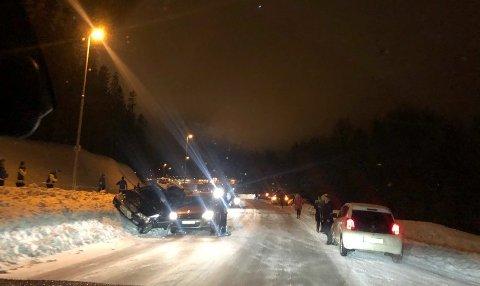 KOLLIDERTE: Slik ble bilene stående etter kollisjonen på Ringvegen mandag kveld.