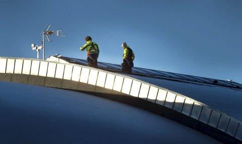 Demonterer beslag: Syljuåsen skifter ut beslagene rundt brannlukene i          taket på Campus Arena, for å hindre nye lekkasjer. Foto: Asbjørn Risbakken