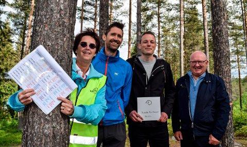 Nå blir det klatrepark mellom trærne på Vassendlandet ved Trevatna. F.v. Marit Hultmann, leder Søndre Land frivilligsentral, kulturkonsulent Roger Vestrum, Steinar Sæthre, Sparebankstiftelsen Dnb, og ordfører Terje Odden.