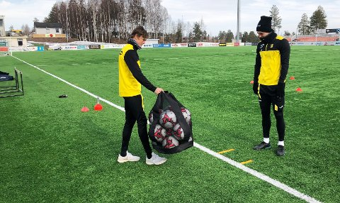 Nicolai Fosso Fremstad er ferdig med sin økt på Nammo stadion og overlater ballnettet til Snorre Strand Nilsen.