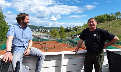 TENKER NYTT: Styreleder Sigmund Hagen (til venstre) og vert Steffen Csirmaz legger ikke skjul på at korona-tiltakene har rammet Hovdetun Vandrerhjem hardt. Nå leker de med tanken om pub for å åpne opp stedet for lokalbefolkningen.